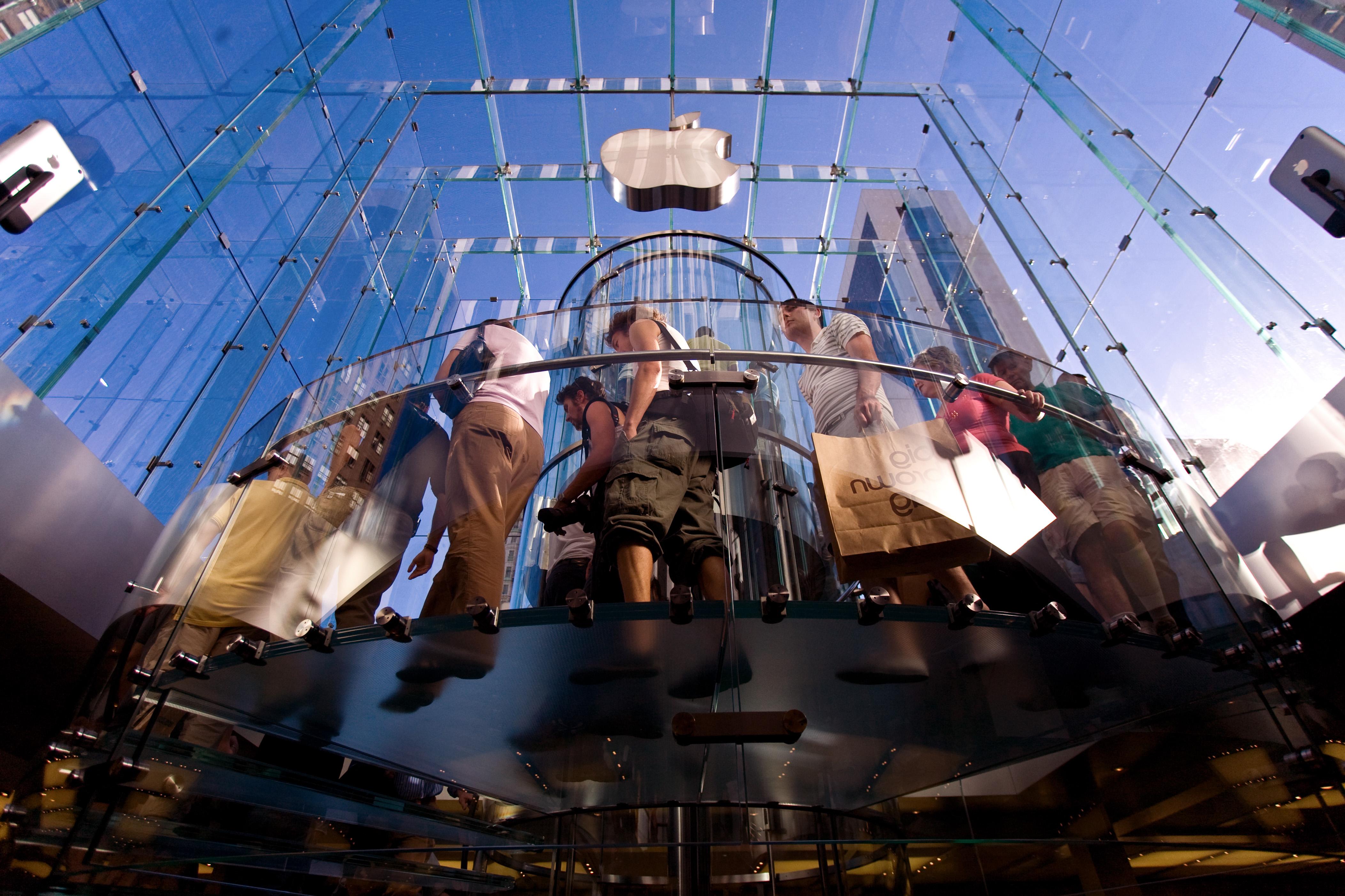 Dentro do cubo da Apple Retail Store 5th Avenue, em Nova York