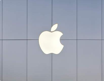 Logo da Apple em superfície prata de suas lojas