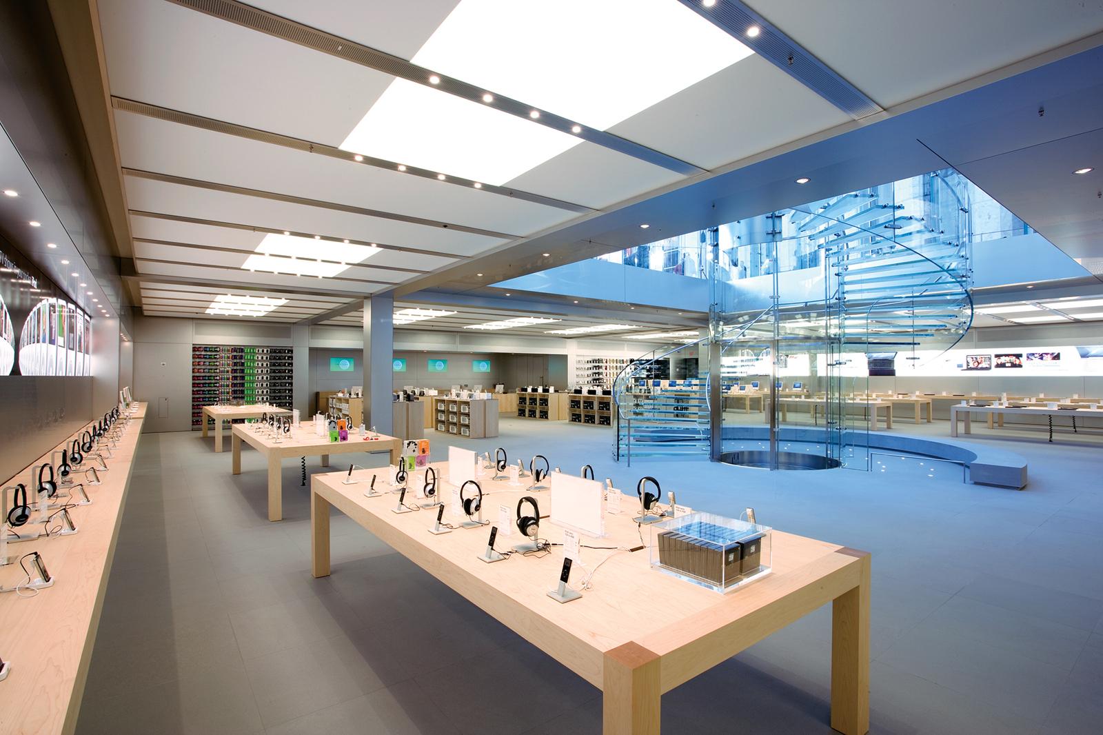 Interior da Apple Retail Store da 5th Avenue, em Nova York