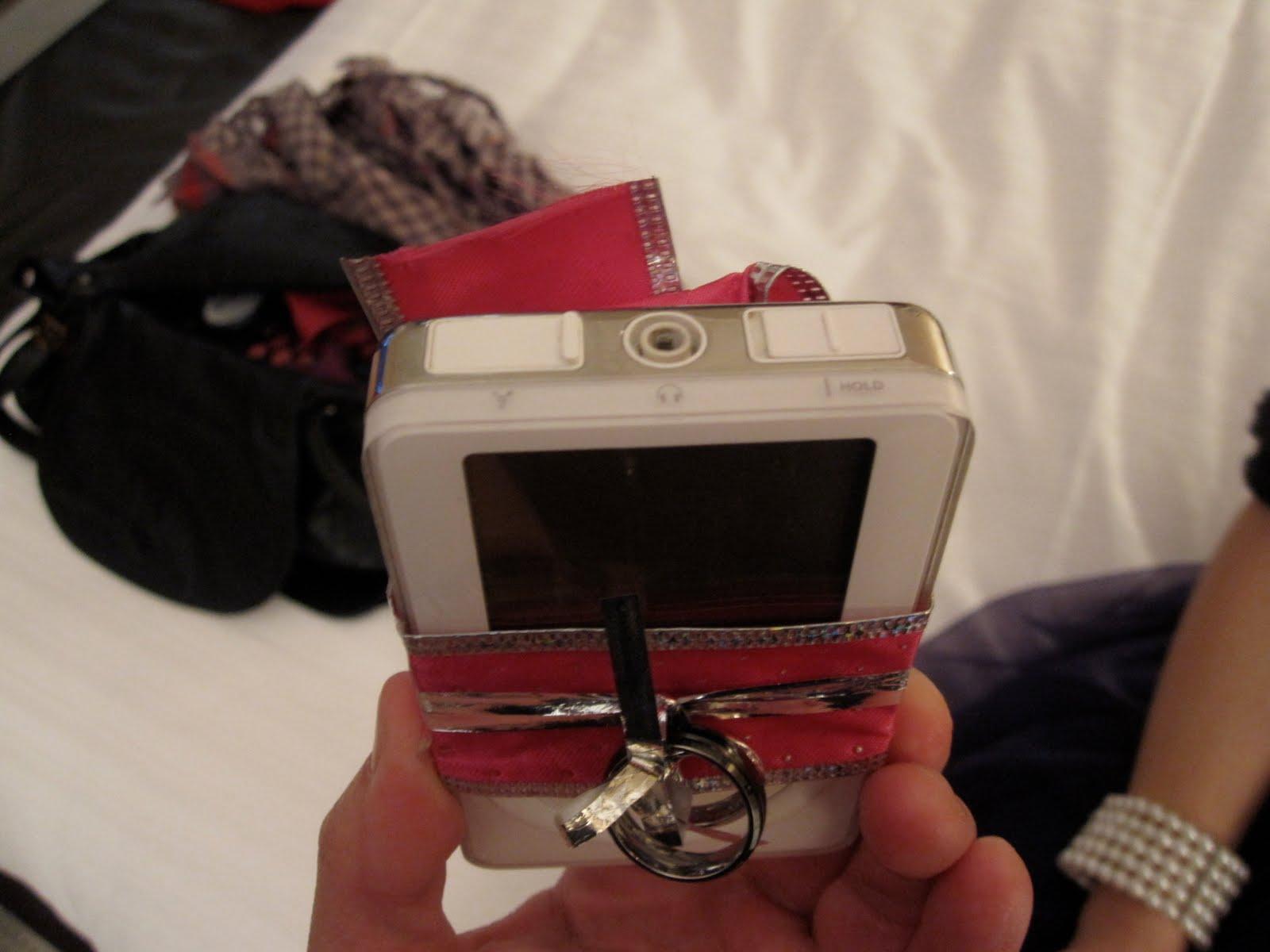 Anéis de casamento enrolados em iPod de primeira geração