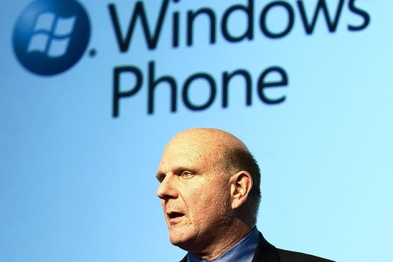 Steve Ballmer em frente a painel sobre Windows Phone