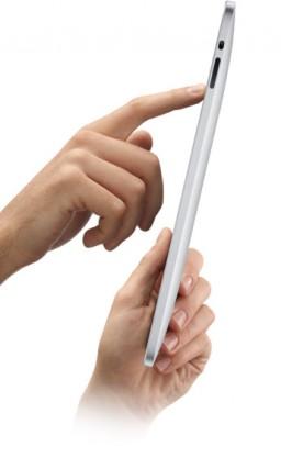 iPad segurado com duas mãos