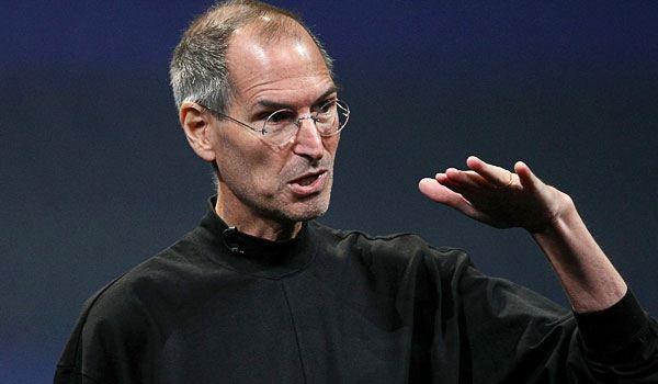 Steve Jobs fazendo gesto com a mão