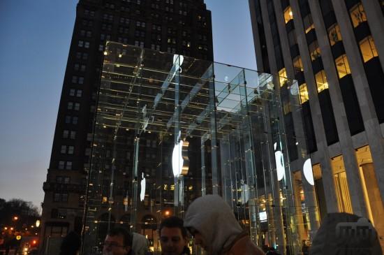 Breno MacMasi na fila para o iPad