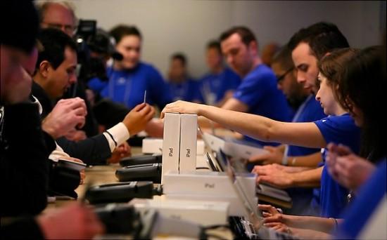 Breno Masi comprando iPad na Apple Store