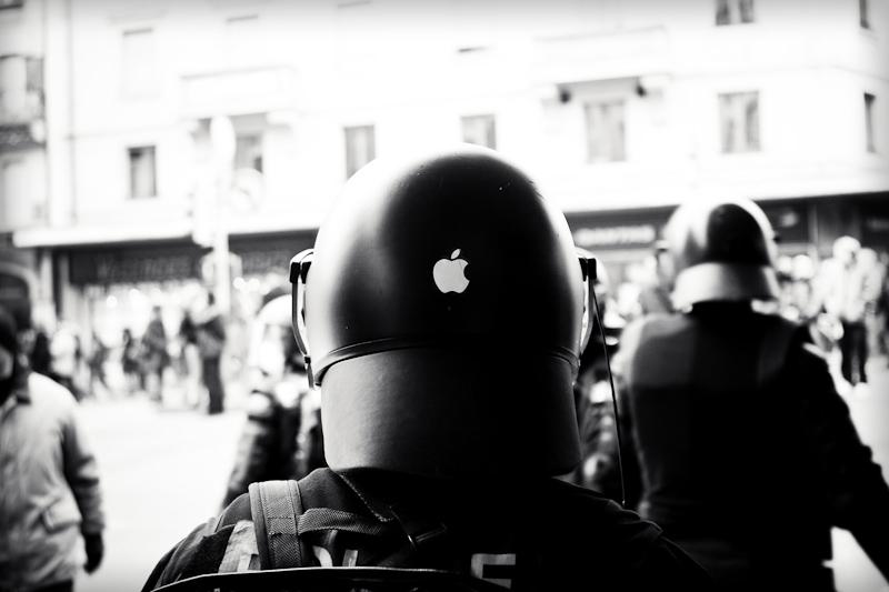 Polícia de capacete com a marca da Apple