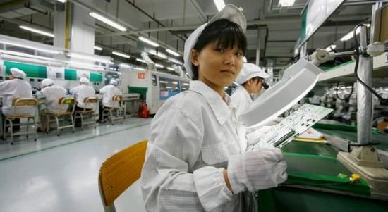 Empregada em fábrica da Apple na China