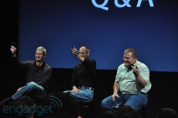 Executivos da Apple com iPhones 4