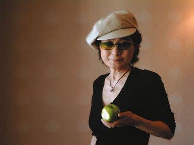 Yoko Ono segurando uma maçã