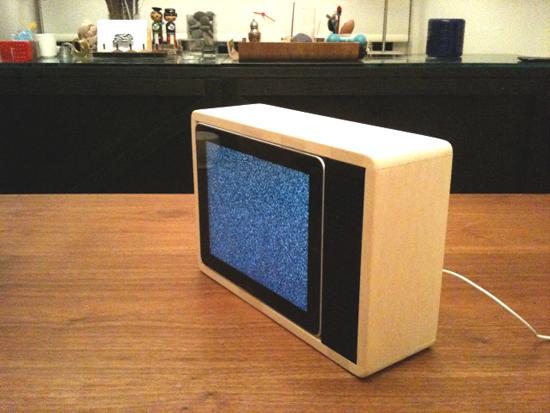 iPad transformado em TV retrô