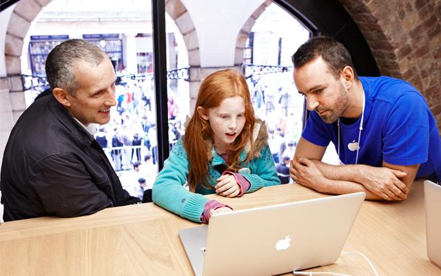Clientes em loja da Apple