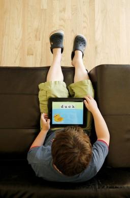 Leo Rosa brincando com iPad