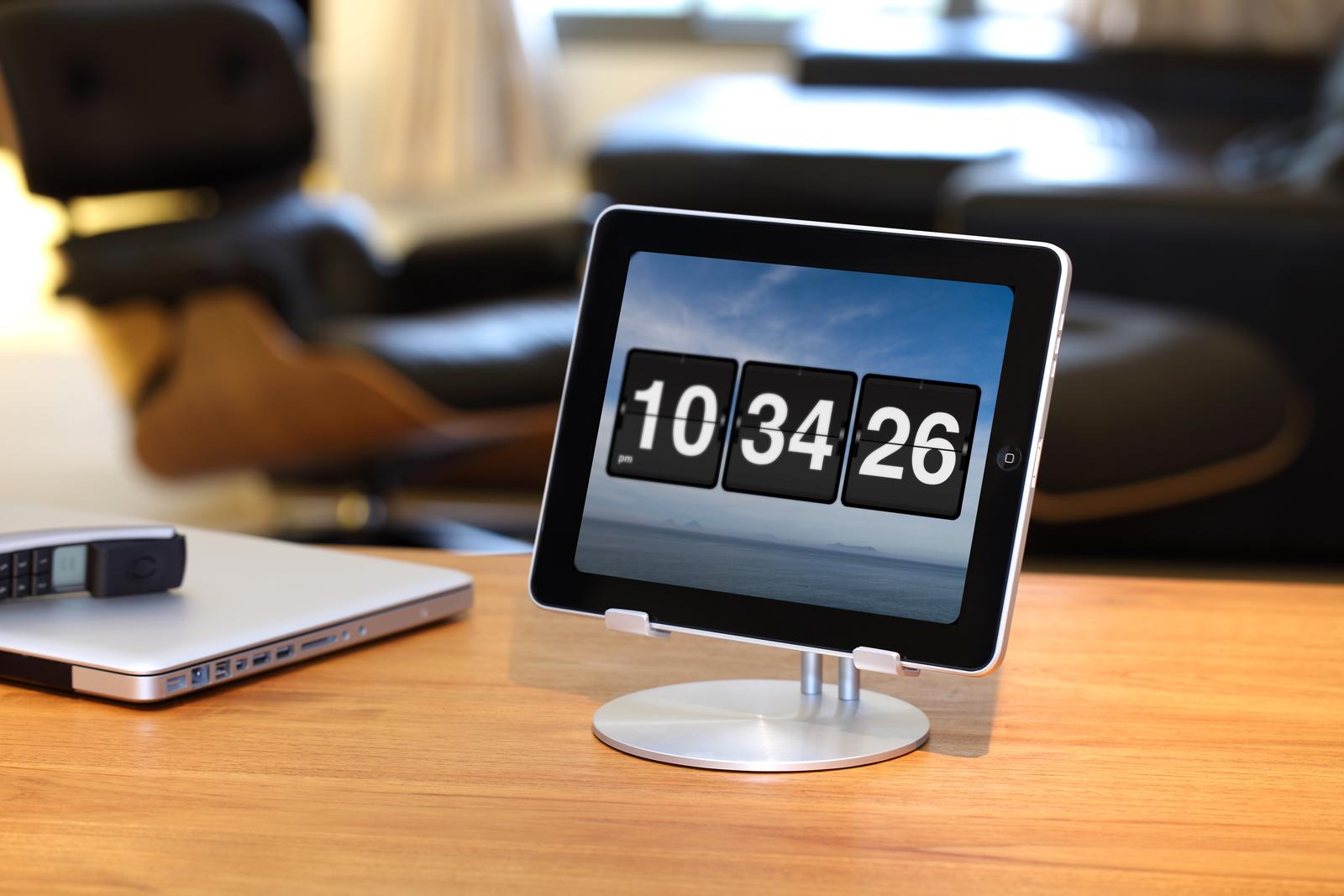 UpStand, da Just Mobile, sobre uma mesa