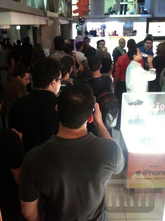 Fila para compra do iPhone 4 na Vivo do RJ