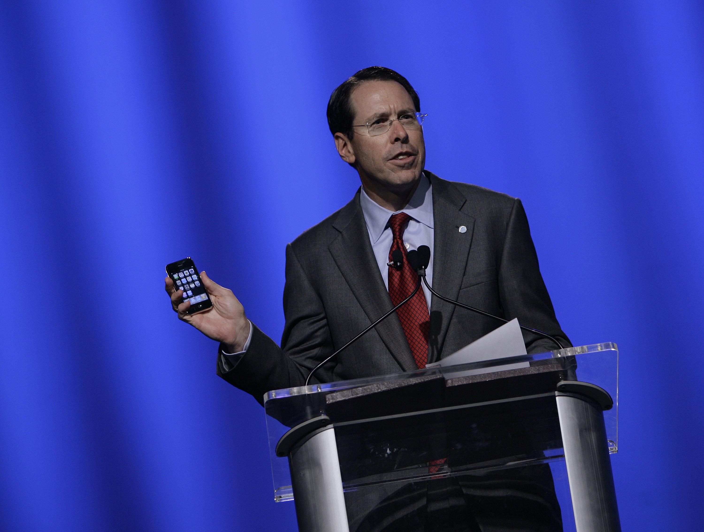 Randall Stephenson, CEO da AT&T, com um iPhone