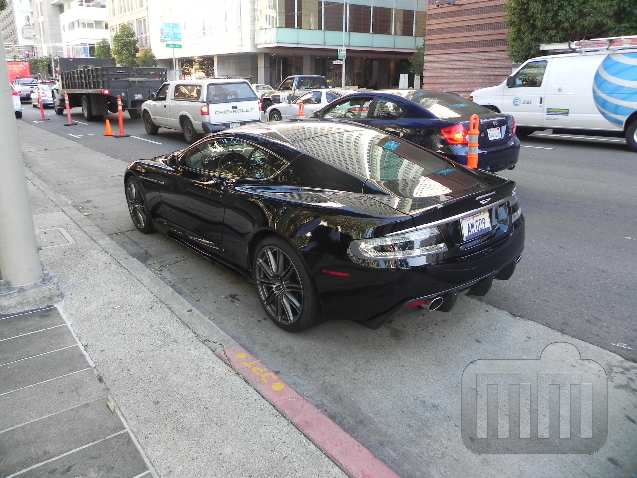 um Aston Martin DB9 preto.