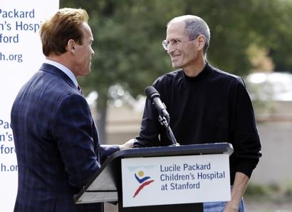 Arnold Schwarzenegger e Steve Jobs em evento sobre transplantes de fígado