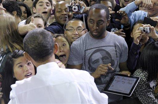 Barack Obama dando autógrafo em iPad