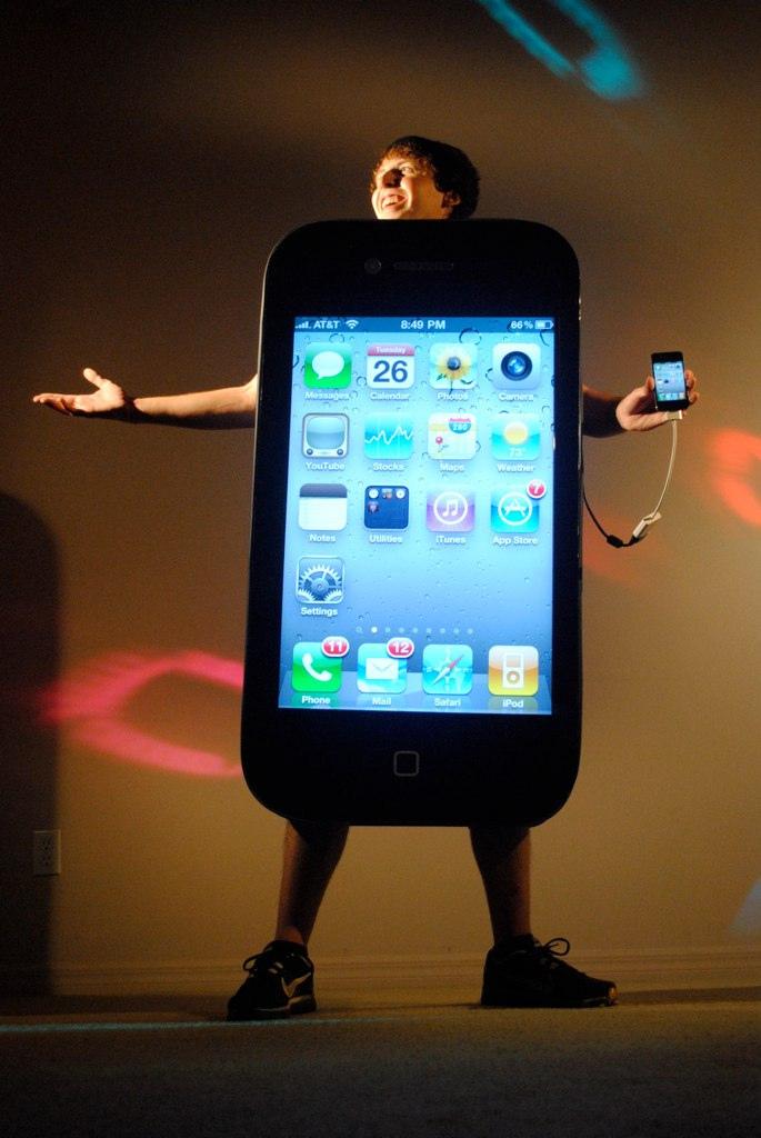 John Savio com fantasia de iPhone 4