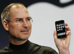 Steve Jobs com o primeiro iPhone