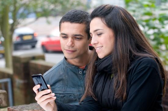 Casal com iPhone