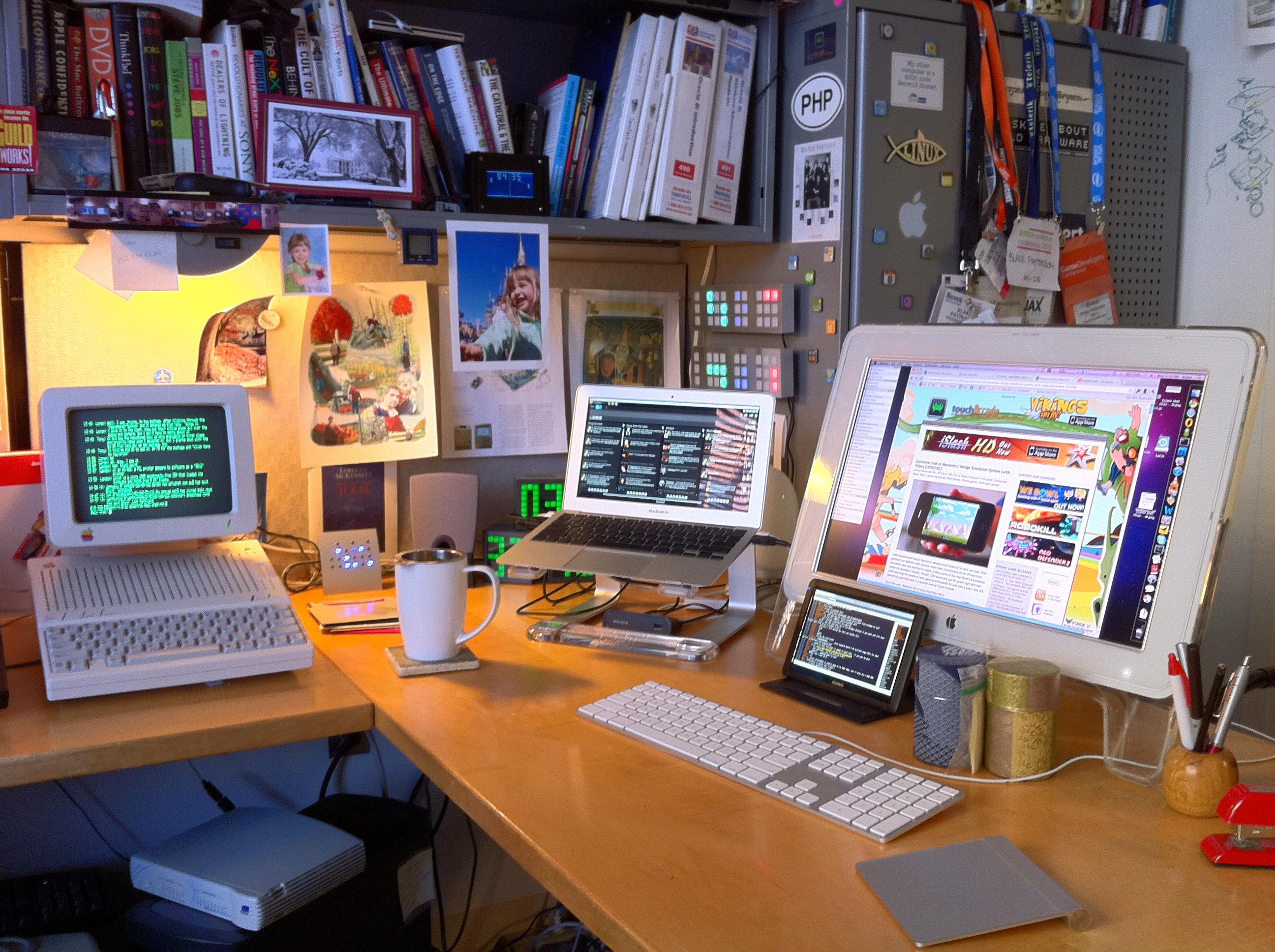 MacBook Air rodando em quatro telas