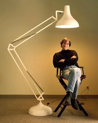 Steve Jobs debaixo do Luxo Jr., abajur da Pixar