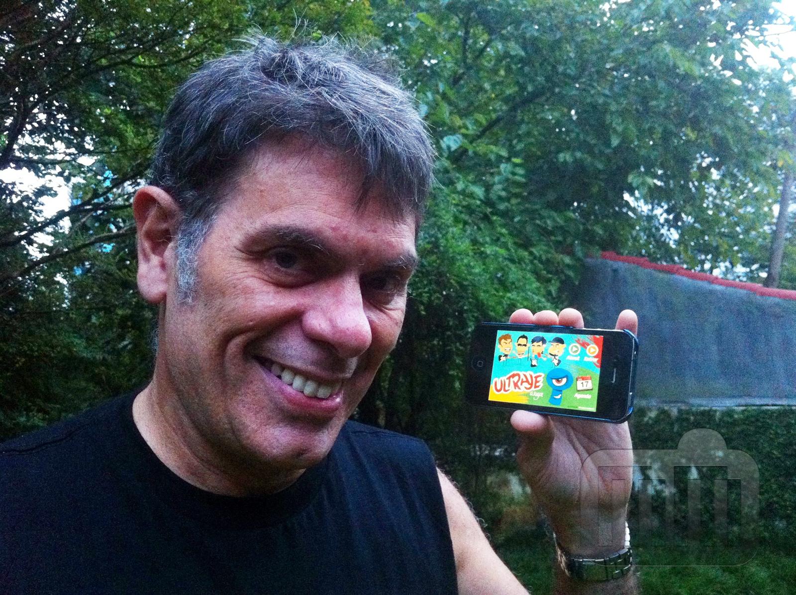 Roger com o app do Ultraje no iPhone
