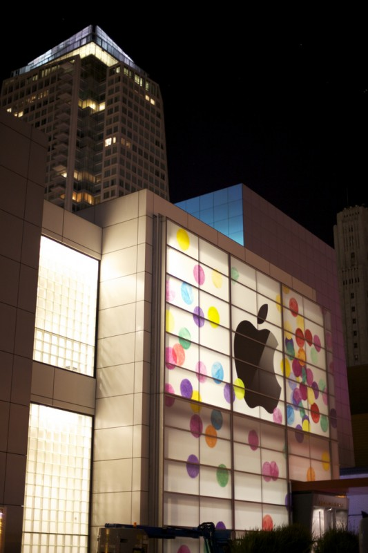 Fachada do Yerba Buena Center para o evento do iPad 2
