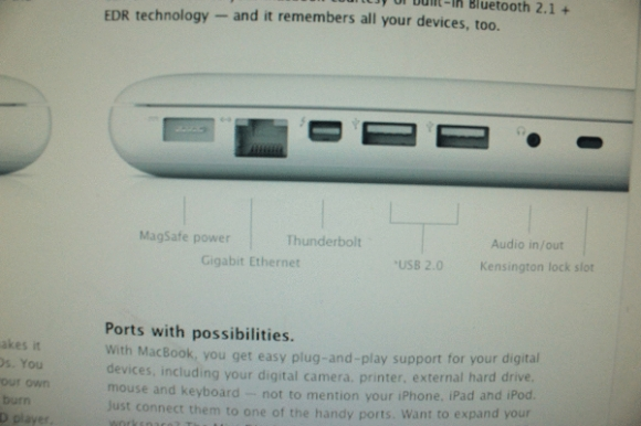 MacBook branco com porta Thunderbolt