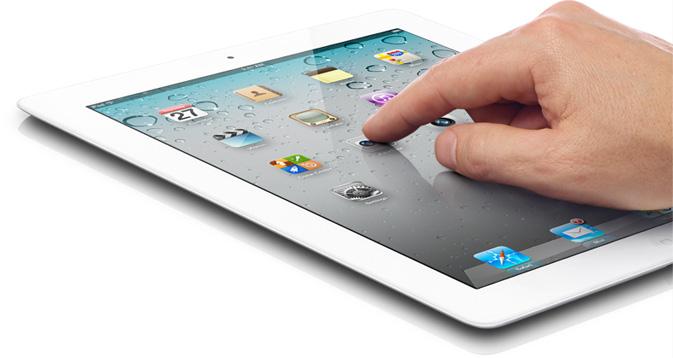 Mão tocando o iPad 2