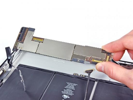 iPad 2 desmontado pela iFixit - retirando a placa lógica