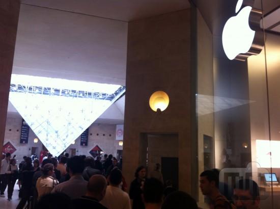 Fila no Louvre para o iPad 2