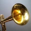 Dock acústico para iPhone feito com trompete