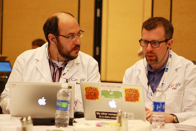 Googlers usando MacBooks