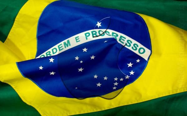 Logo da Apple sobre bandeira do Brasil