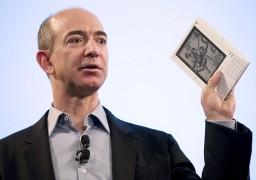 Jeff Bezos com um Amazon Kindle