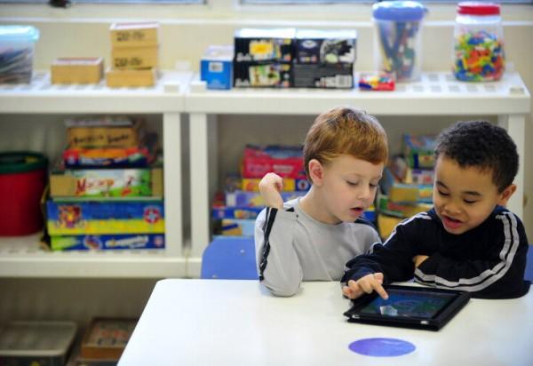 Crianças usando iPad no Colégio Israelita Brasileiro