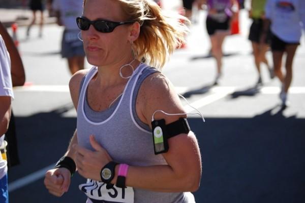Mulher correndo com iPod