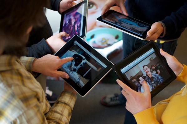 Pessoas usando iPads - Daniel Bogan