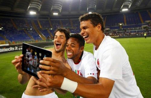 Jogadores de futebol tirando foto com iPad