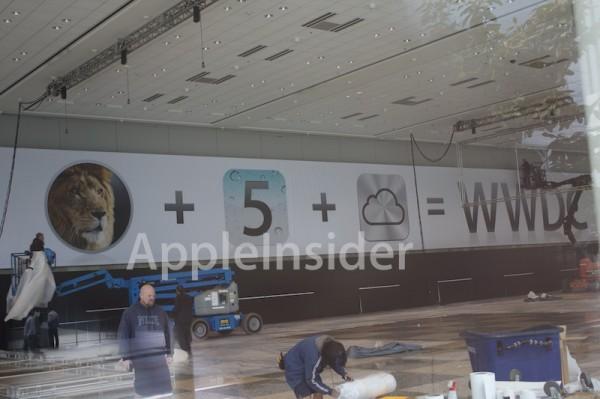 Banner da WWDC sendo instalado no Moscone West