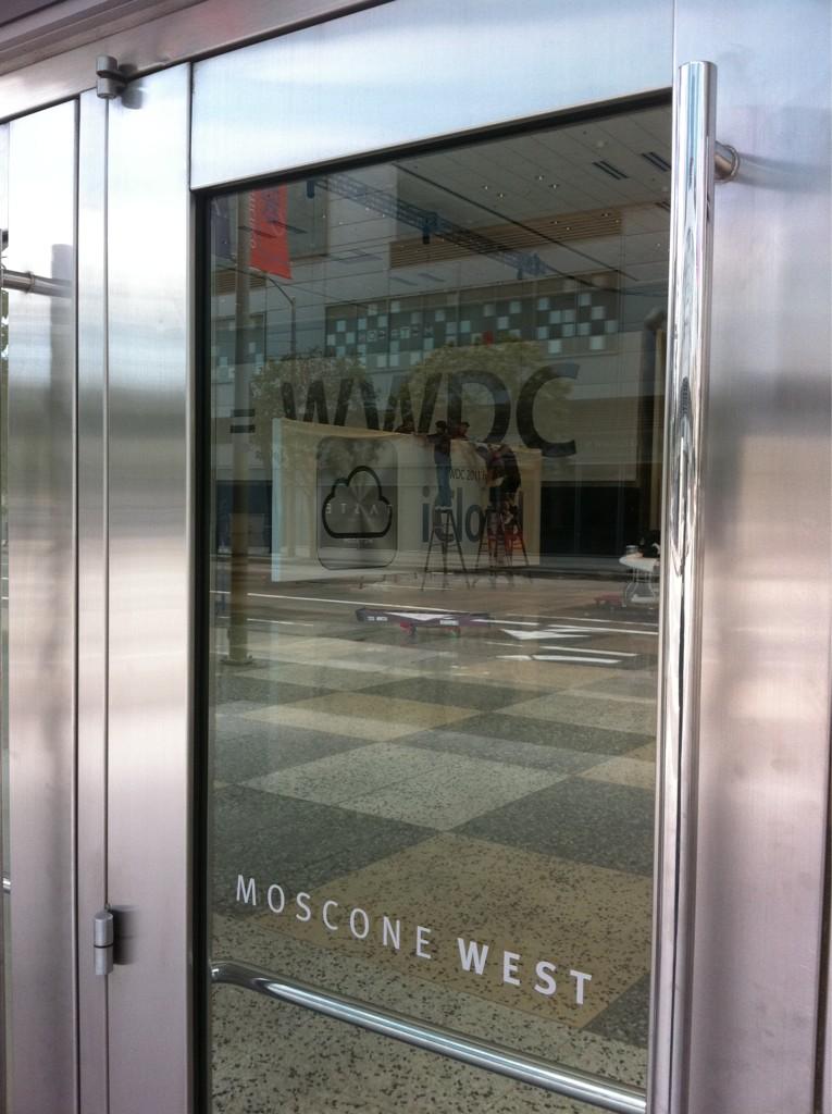 Ícone do iCloud em banner no Moscone West