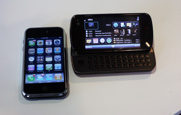 Nokia N97 ao lado de iPhone