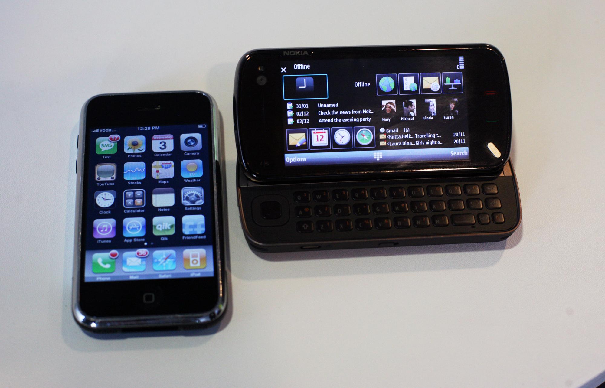 Nokia N97 ao lado de iPhone
