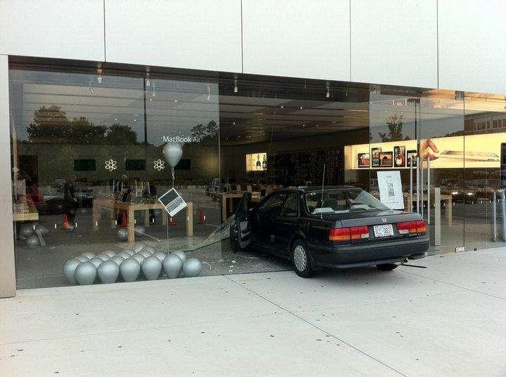 Carro de assaltante em Apple Retail Store