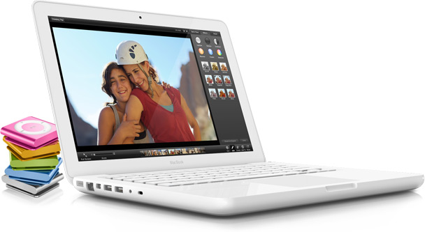 MacBook branco com iPods shuffle