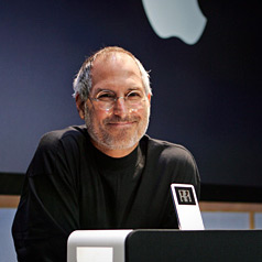 Steve Jobs sorrindo com iPod