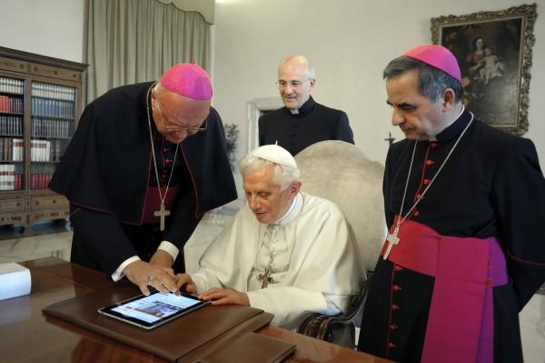 Papa Bento XVI tuítando de um iPad