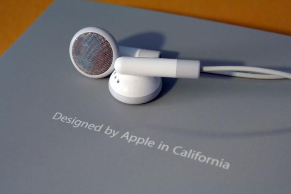 Fones de ouvido - Designed by Apple in California